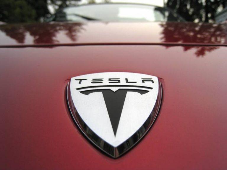 Tesla travaillerait sur le développement de ses propres puces IA