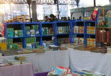 Un_stand_livres_enfant_jeunesse_au_Marché_Brassens