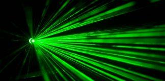 Une cavité optique où divergent une multitude de lasers ultrarapides, composantes utilisées lors d'expériences en photonique.