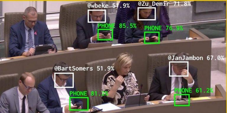 Un artiste numérique utilise le machine learning pour identifier les politiciens distraits par leur smartphone